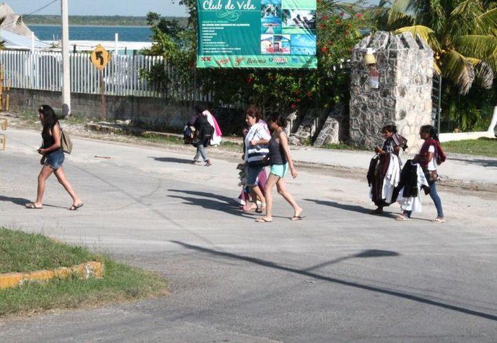 El flujo del turismo aumentó las ventas de los locatarios  hasta tres veces. (Juan Carlos Gómez/SIPSE)