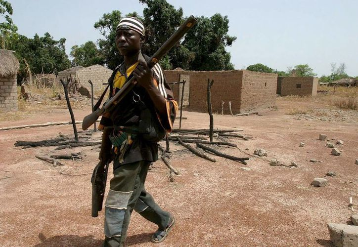 Un combatiente del Ejército Popular,  en una aldea devastada de la República Centroafricana. (EFE)