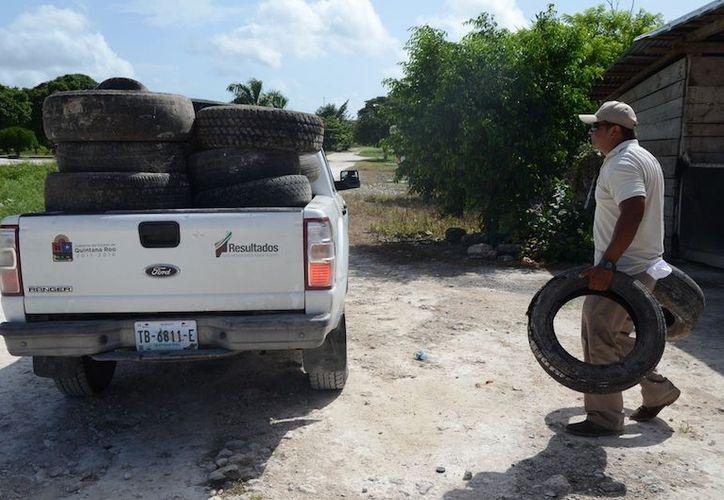 Invitan a los habitantes sacar llantas, recipientes inservibles, fierros, entre otros materiales. (Javier Ortiz/SIPSE)