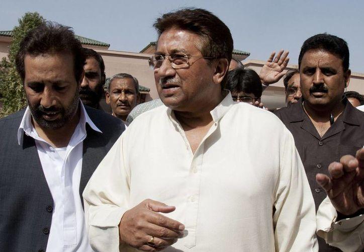 El expresidente de Pakistán, Pervez Musharraf (centro), quien podría ser condenado a la pena de muerte, no reconoce la legitimidad del tribunal que le sigue proceso. (Agencias)