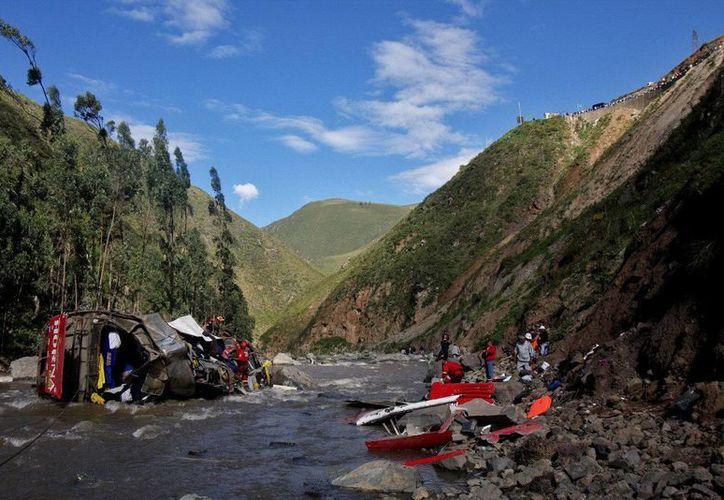 El camión que se accidentó y terminó despedazado en un río partió de la capital Santa Teresa. (Agencias)