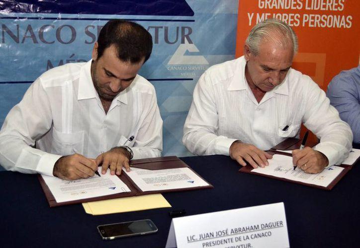 Imagen de la firma del convenio entre la Canacome y la Universidad Anáhuac Mayab. Será en beneficio de socios y estudiantes. (Milenio Novedades)