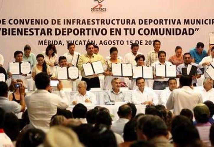 Ceremonia de la firma del convenio de infraestructura deportiva municipal. (Milenio Novedades)