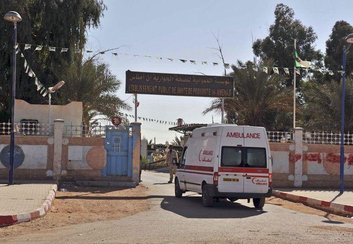 Una ambulancia ingresa a un hospital ubicado cerca de la planta de gas donde milicianos islámicos tomaron a numerosos rehenes, en Argelia. (Agencias)