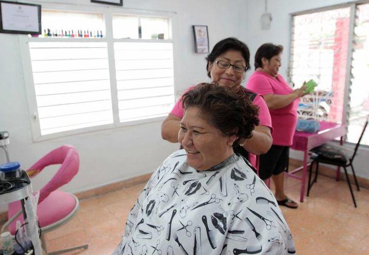 La participación ciudadana se menciona como logro del Ayuntamiento de Mérida. En la imagen, mujeres que han tomado cursos en los centros de desarrollo y ahora aplican sus conocimientos para obtener recursos. (SIPSE)