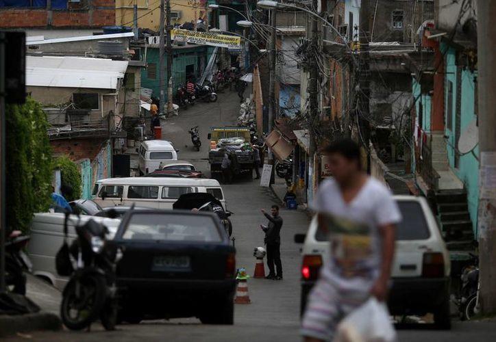 Vista de la entrada del Morro de Santo Amaro en Catete, al sur de Río de Janeiro, donde al menos tres personas resultaron muertas en un nuevo operativo policial desarrollado para intentar localizar a Nicolás Labre Pereira, alias 'Fat Family', considerado uno de los jefes del crimen organizado de la ciudad. (EFE)