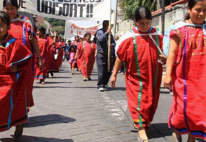 Es común en la región triqui la venta de las niñas con el pretexto para sostener económicamente a la familia. (Notimex)