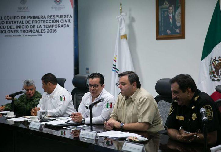 En la sala de crisis de la Unidad de Monitoreo e Inteligencia Policial (Umipol) de la SSP se realizó este martes la reunión con el equipo de primera respuesta del Consejo Estatal de Protección Civil por el inicio de la temporada de ciclones tropicales 2016. (Fotos cortesía del Gobierno estatal)