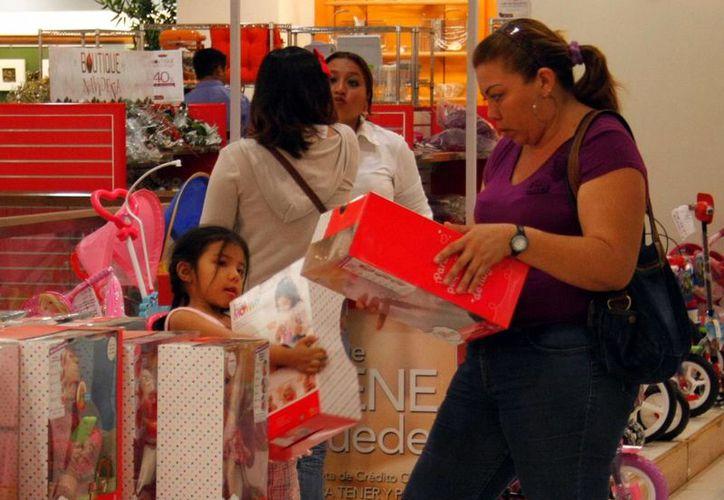 Muchos padres de familia no escatiman en los regalos para sus pequeños. (SIPSE)