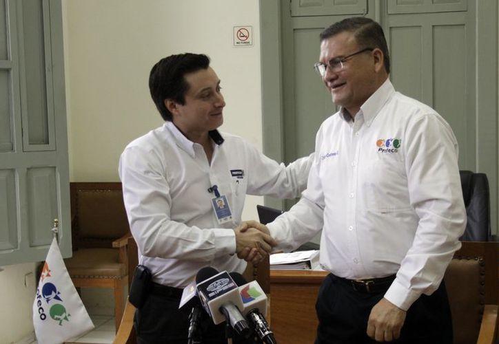 Octavio Contreras Solórzano (d), nuevo titular de la Profeco en Yucatán desempeñó el mismo puesto en Michoacán. (SIPSE)