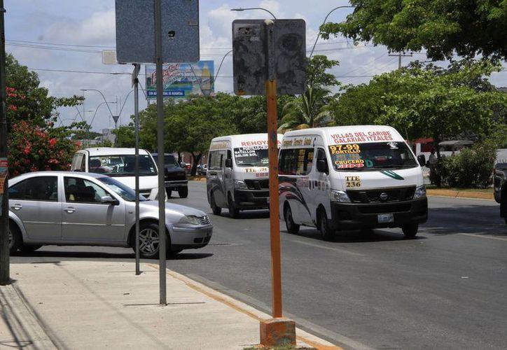 Actualmente los camiones hacen ascensos y descenso en cada esquina de la avenida, lo que les genera un gran gasto de gasolina. (Tomás Álvares/SIPSE)