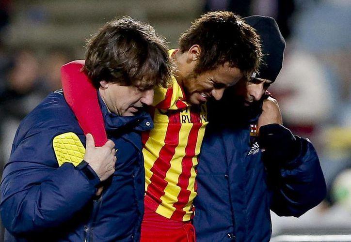 El delantero brasileño se retiró del partido del Barcelona contra el Getafe, en el Coliseum Alfonso Pérez, ayudado por el equipo médico del club blaugrana. (EFE)