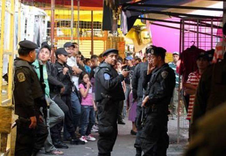 Un agente policíaco arrestó al agredido y pidió apoyo porque los comerciantes querían seguir golpeándolo. (Foto de contexto)
