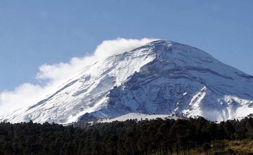 El volcán Popocatépetl, amaneció vestido de blanco debido a las nevadas de estos últimos días. (Agencias)
