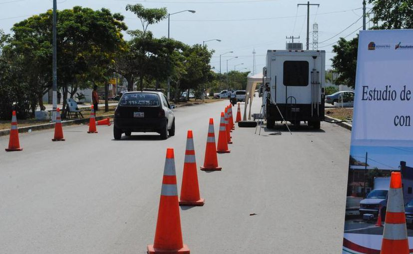 Operativo para verificar las emisiones de contaminantes de los escapes de vehículos. (Eric Galindo/SIPSE)