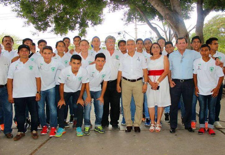 El titular del IDEY, Juan Sosa se encargó de motivar a los atletas antes de partir a Ciudad Juárez. (Milenio Novedades)