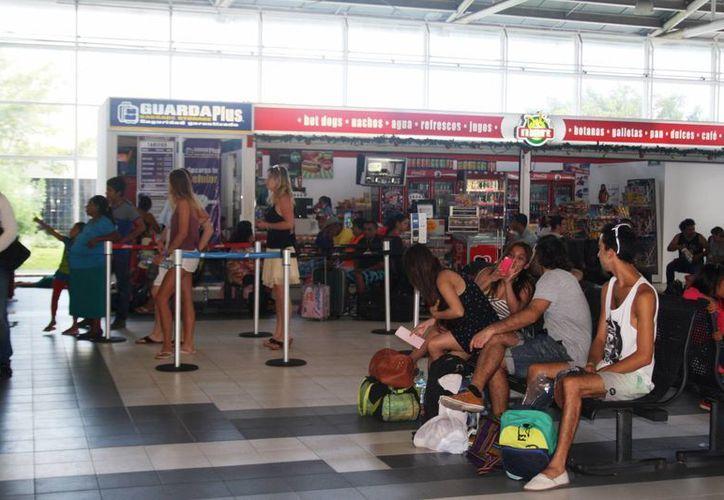 El transporte terrestre aún sigue siendo una alternativa a pesar de que existen en el destino aerolíneas. (Octavio Martínez/SIPSE)
