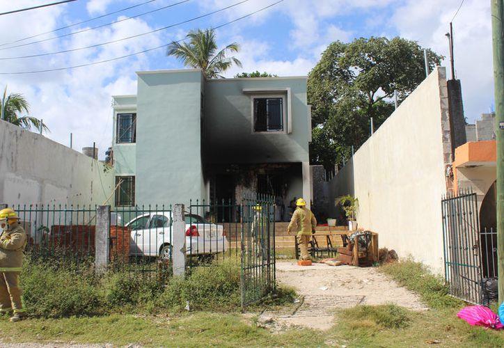 El fuego comenzaba a expandirse por toda la casa cuando llegaron los elementos de bomberos. (Foto: Redacción/SIPSE)