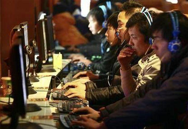 Las contraseñas deben memorizarse para evitar que alguien accese a nuestras cuentas. En la imagen, varias personas usan computadoras en un café internet en Fuyang, China. (Agencias)