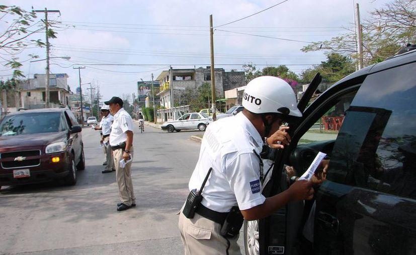 En la zona urbana, elementos de tránsito realizaron las labores de orientación y prevención. (Redacción/SIPSE)