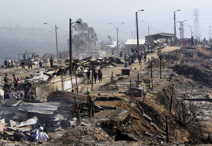 El voraz incendio en Valparaíso dejó más de 12 mil damnificados. (EFE)