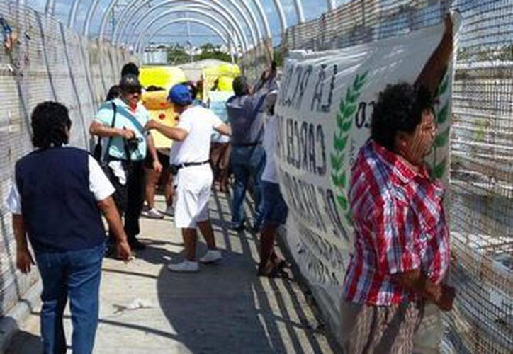 Con pancartas, un grupo de manifestantes pidió ayer que se castigue a los responsables del multihomicidio de la Ciudad de México. (Daniel Pacheco/SIPSE)