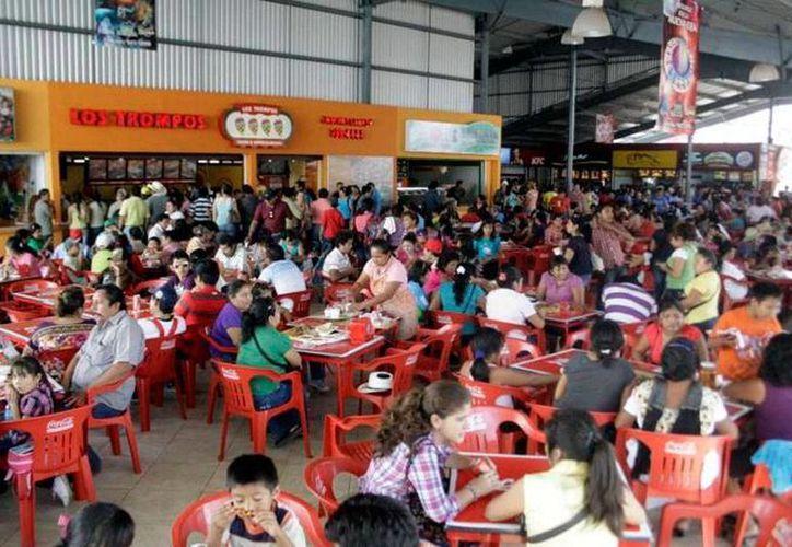 Los restaurantes de la Plaza Carnaval, en Xmatkuil, reportan aumento de entre 4 y 5 por ciento en sus ventas, en comparación con el Carnaval 2014. (Milenio Novedades)