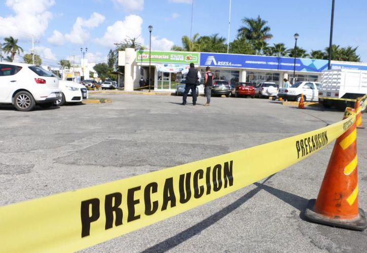 El atraco se realizó en plaza Las Villas en la Prolongación del Paseo de Montejo. El acusado del asalto presentó huellas de golpes en rostro. (Milenio Novedades)
