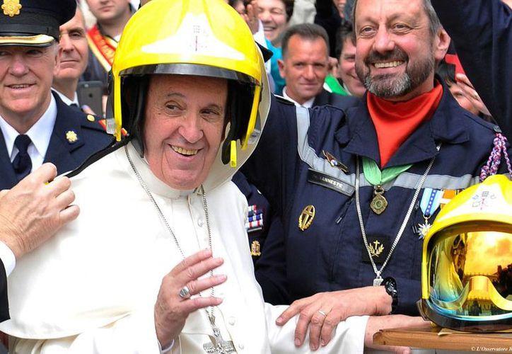 El Papa Francisco bromea con unos bomberos que asistieron a su audiencia semanal del miércoles 13 de abril de 2016. (Foto: AP)