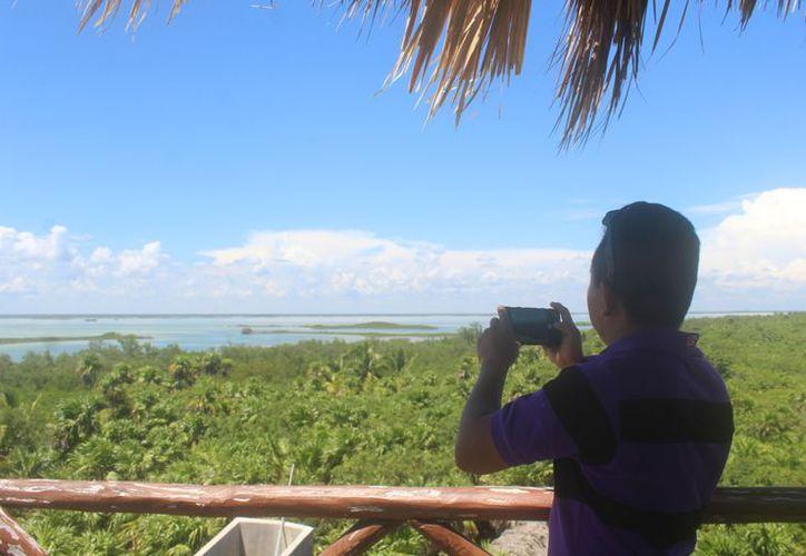 Los visitantes suben de cuatro en cuatro a observar desde las alturas. (Sara Cauich/ SIPSE)