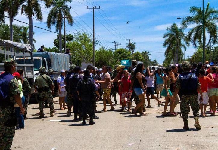 Elementos de la Marina reparten despensas en Punta Diamante, Guerrero. (Notimex)