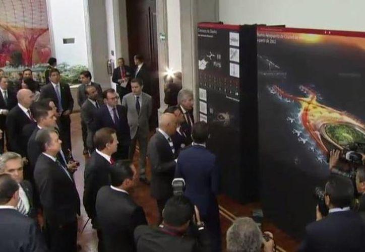 Momento en que Norman Foster y Fernando Romero explican al presidente Enrique Peña Nieto el proyecto de construcción del nuevo aeropuerto de la Ciudad de México. (twitter.com/PresidenciaMX)