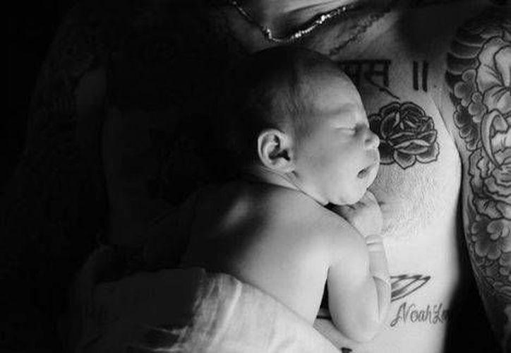Adam Levine compartió la primera foto de su hija en sus distintas redes sociales. (Foto tomada de Instagram/Adam Levine)
