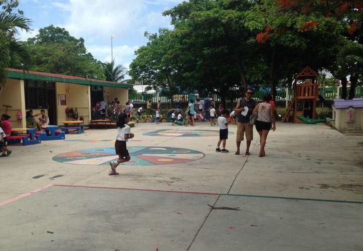 Padres de familia exigen que se dote del mobiliario suficiente a estudiantes de cinco jardines de niños de la zona 38.  (Luis Ballesteros/SIPSE)