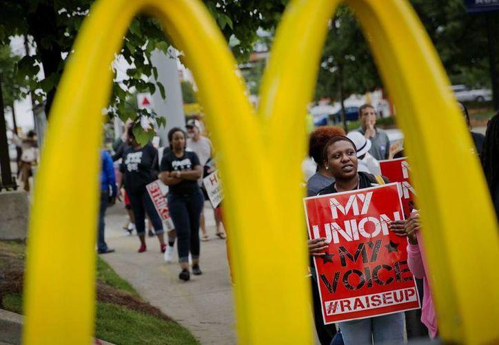 Brittany Buckhannon, empleada de Burger King, participa en una protesta en procura de mayores salarios frente a un restaurante de McDonald's este jueves en Atlanta. (Agencias)