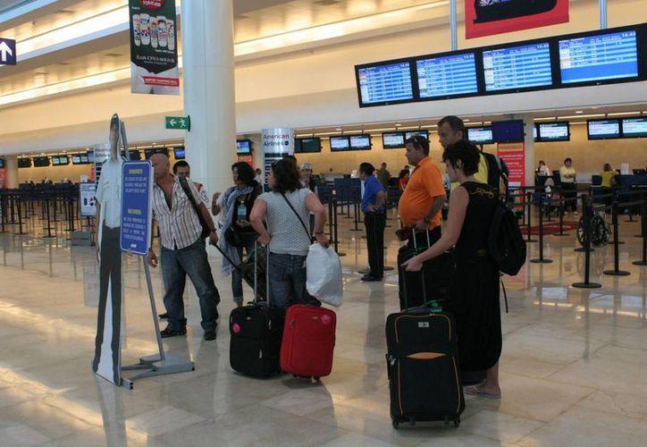 Los pasajeros llegaron a territorio nacional a las 14:40 horas. (Tomás Álvarez/SIPSE)