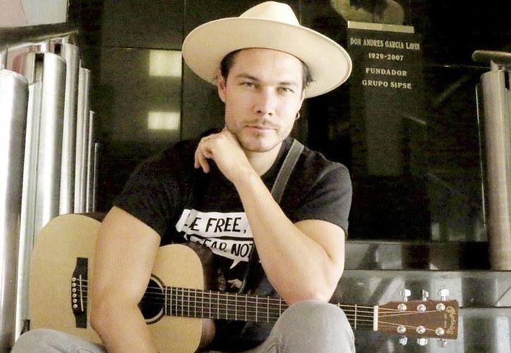 El cantante poblano Juan Solo espera que los fans le ayuden a decidir cuál será su primer sencillo del disco 'Clandestino'. (José Acosta/Milenio Novedades)