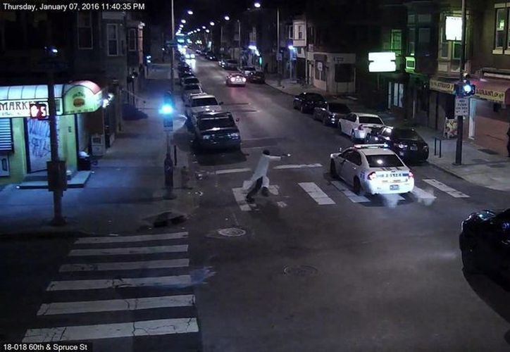 Fotograma de un vídeo facilitado por el departamento de policía de Filadelfia hoy, 8 de enero de 2016, que muestra al sospechoso Edward Archer (i) disparando al oficial de policía Jesse Hartnett, en las calles de Filadelfia, Pennsylvania. (EFE)