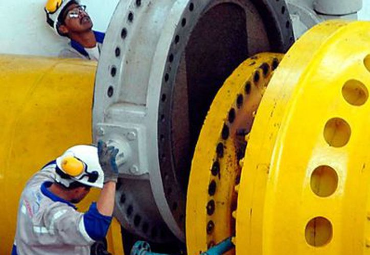 Según una investigadora de la UNAM, el maltrato (mobbing) en los centros de trabajo es más común de lo que parece. La imagen es de contexto y corresponde a trabajadores del sistema de aguas del valle de México. (Archivo/NTX)