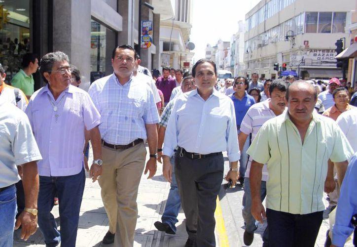 El alcalde de Mérida recorrió las calles desalojadas junto con el dirigente de la Canaco. (SIPSE/Christian Ayala)
