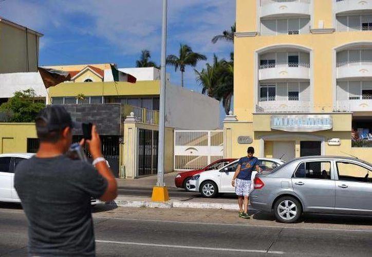 Los condominios Miramar, donde fue detenido 'El Chapo' Guzmán en el puerto de Mazatlán, se han convertido en atractivo para algunos. (nydailynews.com)