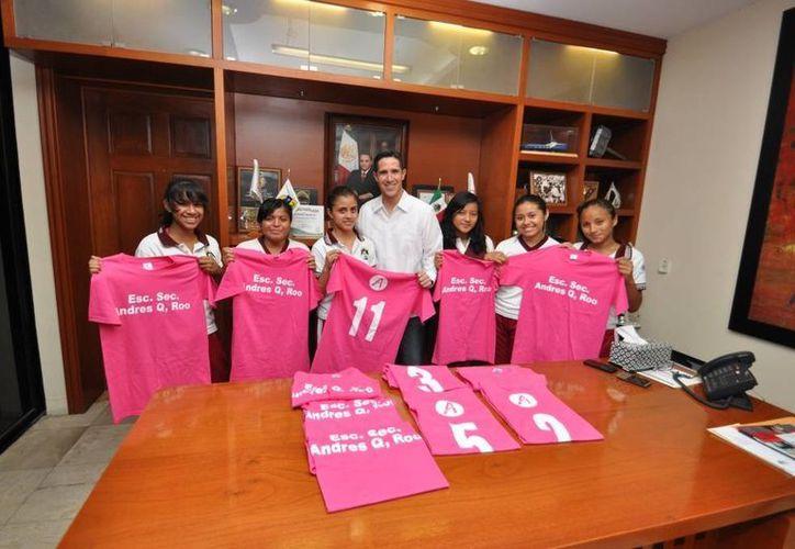 El alcalde y las estudiantes de la secundaria Andrés Q. Roo. (Cortesía/SIPSE)