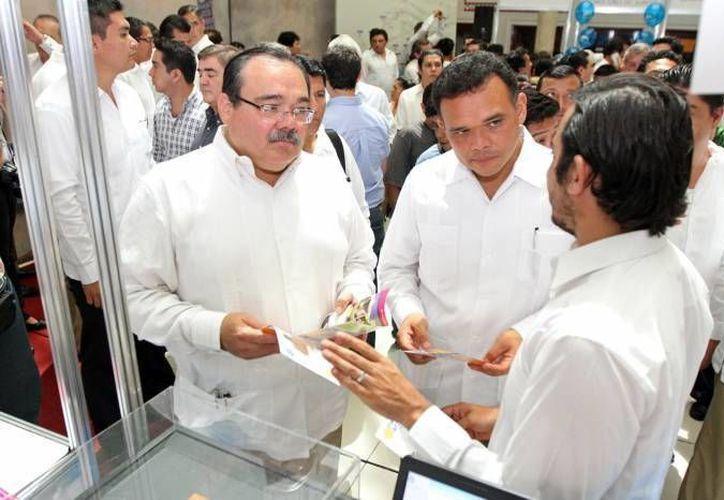 El titular de la Sedatu, Jorge Carlos Ramírez (i) con el gobernador de Yucatán, Rolando Zapata. (Milenio Novedades)