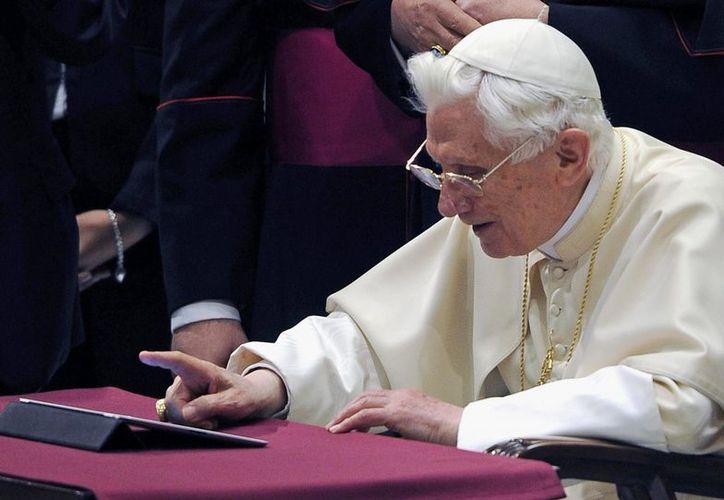El pontífice mostró poca sultura en el manejo de tabletas de última generación. (EFE)