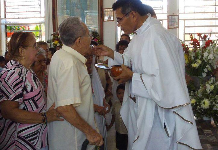 El Gabriel Us Clavillo se hizo cargo de la parroquia hace tres años. (Manuel Pool/SIPSE)