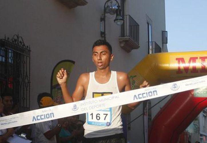 De entre cientos de competidores Roberto Ruiz Castillo fue el ganador  en la IV Carrera por la Fundación Uady. (Christian Ayala/Milenio Novedades)