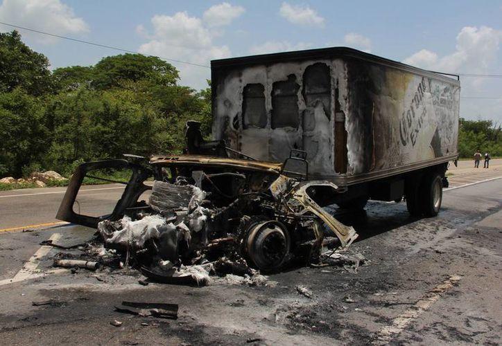 Un camión repartidor de cervezas chocó por alcance a un tráiler y luego se incendió. (Aldo Pallota)