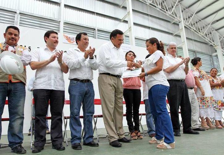 En Ticul, el gobernador Rolando Zapata entregó recursos del programa Bécate y puso en marcha los esquemas de formación en la práctica laboral y autoempleo. (Cortesía)