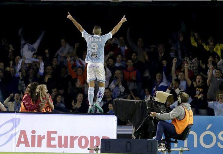 Celta de Vigo venció 4-1 al otrora invicto Barcelona y ahora es líder del futbol español junto con Real Madrid. En la foto, el delantero del Celta, Iago Aspas, celebra el gol que acaba de marcar, el tercero frente al FC Barcelona. (EFE)