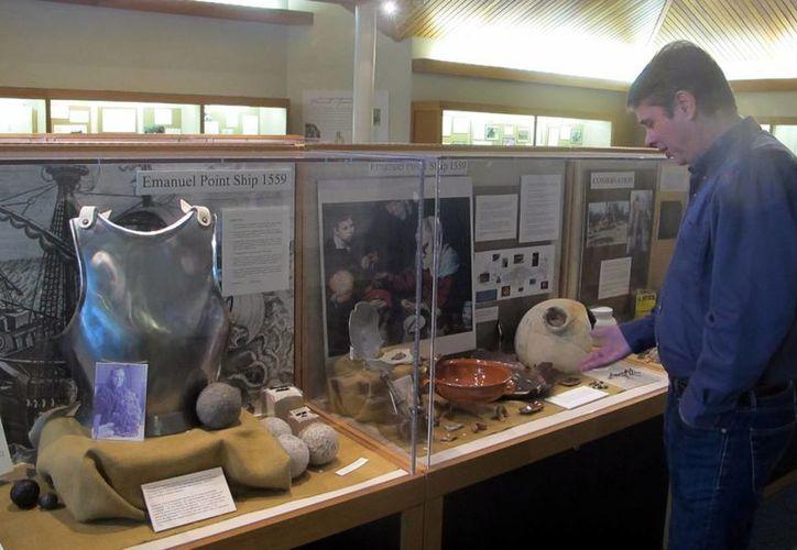 Tom Garner, arqueólogo aficionado, se pone delante de una vitrina llena de artefactos que datan de 1559. (Agencias)